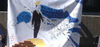 Строить мосты, а не стены: Правозащитники провели акцию под Кабмином в поддержку переселенцев